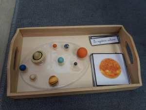 mise en paire pédagogie montessori, planètes figurines et cartes de nomenclature de la boutique documents montessori